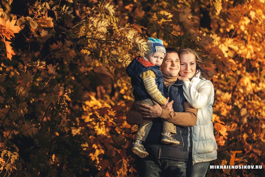 Фотосессия семьи в осеннем лесу