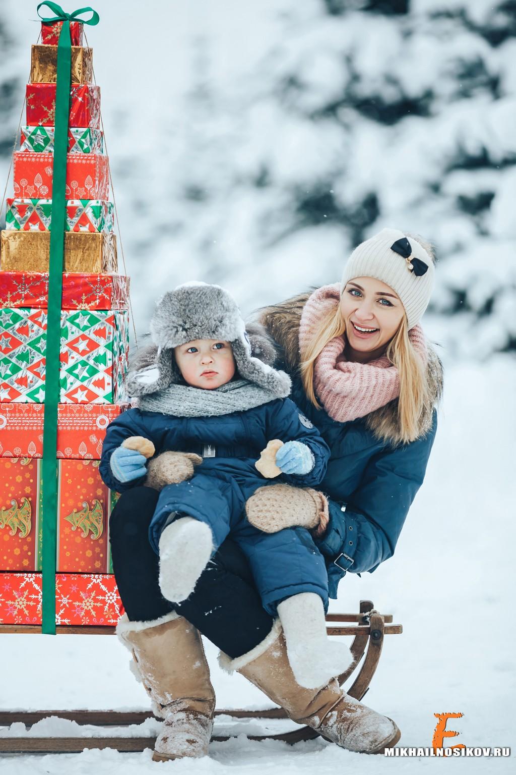 правильная идеи для фотосессии семьей зимой где стоит диван