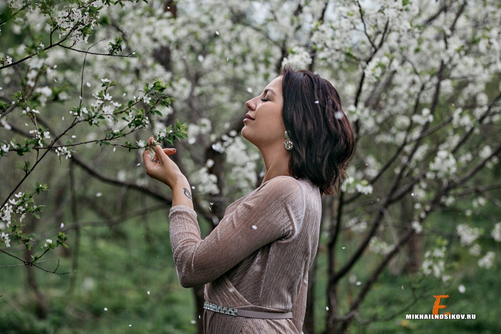 Фотосессия в цветущих садах девушки